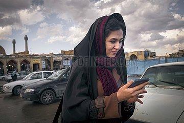 Iran  junge Frau mit ihrem Smartphone | Iran  young woman using her smartphone