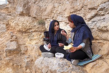 Iran  zwei junge Frauen beim Picknick am Berg Sofeh | Iran  two young women having a picnic on the mountain Sofeh