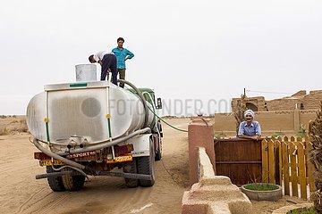 Iran  Lastwagen mit einem Wassertank in der Oase Farahzad | Iran  truck with a water tank in Farahzad