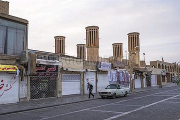 Pick-Up vor Ladenzeile mit Windtürmen in Yazd  Iran | pick-up in front of a row of shops with wind towers in Yazd  Iran