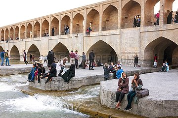 Iran  33-Bogen Brücke am Fluss Zayandeh Rud in Isfahan | Iran  33-arch bridge on the Zayandeh Rud river in Isfahan