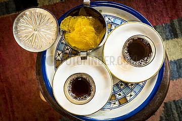 Iranisches Teegedeck mit Safranzucker | Iranian tea set with saffron sugar.