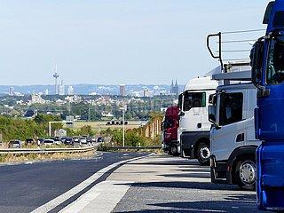 LKW auf dem Parkplatz der Raststätte Frechen Süd | truck in the parking lot of the Frechen Süd service area