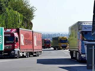 LKW-Stau an einem Rastplatz auf der A4 Frechen Nord | truck traffic jam at a rest area on A4 Frechen Nord