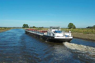 Binnenschiff auf dem Küstenkanal (Hunte) bei Oldenburg | inland waterway vessel on the coastal canal (Hunte) near Oldenburg