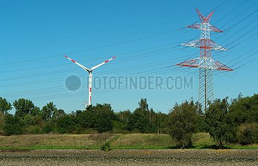 Windkraftanlage und Hochspannungsmast | wind turbine and high voltage pylon