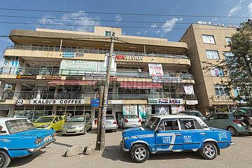 Addis Abeba  Aethiopien - Strassenverkehr  blaue Taxis