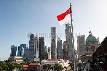 Singapur  Republik Singapur  Staatsflagge vor Stadtansicht mit Wolkenkratzern im Geschaeftsviertel