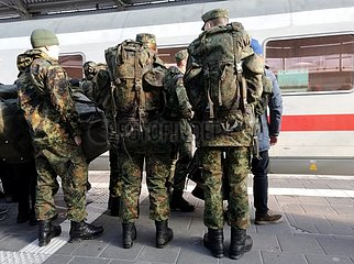 Bundeswehrsoldaten fahren Bahn