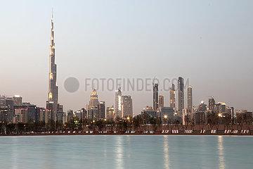 Dubai  Vereinige Arabische Emirate  Blick vom Dubai Water Canal auf die Skyline mit dem Burj Khalifa