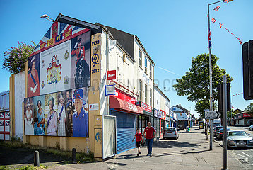 Grossbritannien  Belfast - Fotos von Queen Elizabeth II an Hauswand  Shankill Road  protestantischer Teil von West Belfast