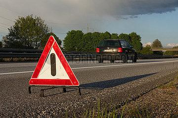 Hamburg  Deutschland  Warndreieck steht auf dem Standstreifen der A24