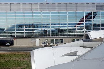 Frankfurt am Main  Deutschland  A380 der Emirates Airlines spiegelt sich in einer Glasfassade am Frankfurt Airport
