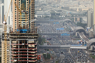 Dubai  Vereinige Arabische Emirate  Blick auf die Sheikh Zayed Road und die rechts daneben liegende Metrostrecke