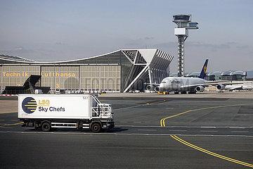 Frankfurt am Main  Deutschland  LKW der LSG Sky Chefs auf dem Vorfeld des Frankfurt Airport