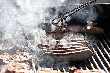 Halle (Saale)  Deutschland  Bratwuerste und Fleisch werden auf einem Grill zubereitet