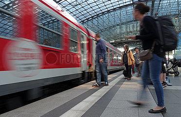 Berlin  Deutschland  Reisende bei der Einfahrt eines Interregio-Express im Hauptbahnhof auf dem Bahnsteig