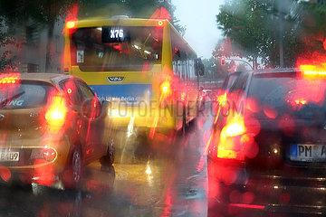 Berlin  Deutschland  schlechte Sicht im Strassenverkehr bei Regenwetter