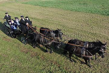 Halle (Saale)  Deutschland  Menschen in historischer Kleidung fahren mit einer Kutsche