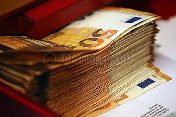 Halle (Saale)  Deutschland  50-Euroscheine in einer Geldkassette