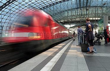 Berlin  Deutschland  Interregio-Express faehrt im Hauptbahnhof ein