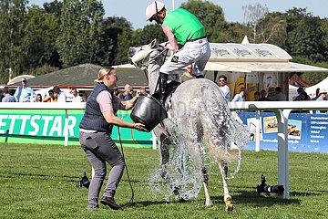 Hamburg  Deutschland  Pferd wird bei sommerlicher Hitze nach dem Rennen mit Wasser aus einem Eimer uebergossen