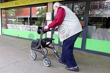 Berlin  Deutschland  Senior ist mit seinem Rollator unterwegs