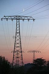 Halle (Saale)  Deutschland  Strommasten bei Daemmerung