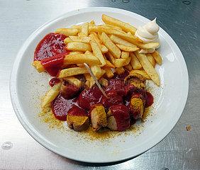 Berlin  Deutschland  Currywurst und Pommes Frites auf einem Teller