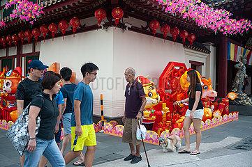 Singapur  Republik Singapur  Menschen vor dem Buddha Tooth Relic Tempel in Chinatown