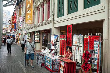 Singapur  Republik Singapur  Spruchbaender mit chinesischen Schriftzeichen in Chinatown