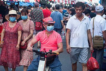 Singapur  Republik Singapur  Menschen mit Mundschutz auf einem belebten Basar in Chinatown