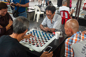 Singapur  Republik Singapur  Maenner spielen Chinesisches Schach in Chinatown