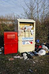 Ueberfuellter Altkleider-Container  Datteln  Ruhrgebiet  Nordrhein-Westfalen  Deutschland