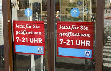 Aldi  Eingangstuer mit Oeffnungszeiten  Datteln  Ruhrgebiet  Nordrhein-Westfalen  Deutschland