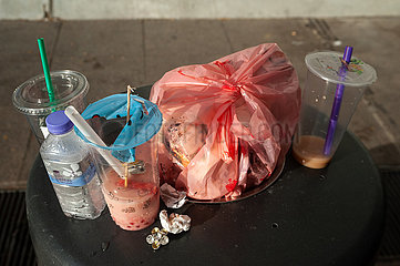 Singapur  Republik Singapur  Abfaelle und Trinkbecher auf einem ueberquellendem Muelleimer
