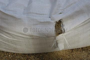 Loch in ein Bausand Sack