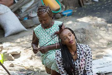 Adama  Oromiyaa  Aethiopien - Friseuse und Hairstylistin flechtet Zoepfe