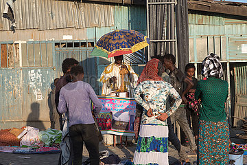 Addis Abeba  Aethiopien - Orthodoxer Priester mit Sonnenschirm