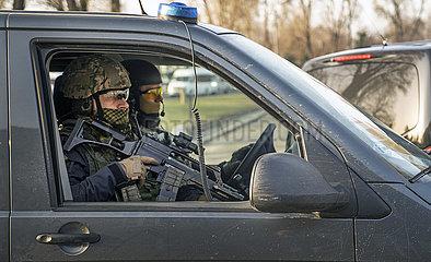 Schwer bewaffnete Patrouille