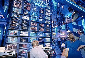 Internationale Funkausstellung  Messeneuheit Flachbildschirme  Flat TV von Philips  1999