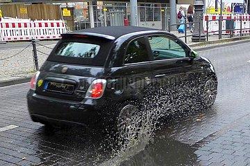 Kleinwagen fährt durch Regenpfütze | small car drives through rain puddle