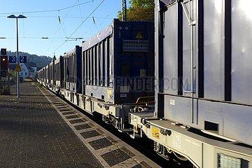Güterzug bei der Durchfahrt am Bahnsteig | freight train passing through the platform