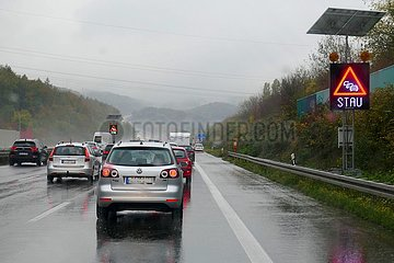 Stau auf der Autobahn bei Regenwetter | Traffic jam on the highway in rainy weather