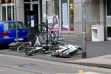 E-Scooter blockieren Fußgängerüberweg | e-scooters block pedestrian crossing