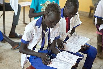 Belinkum  Gambela  Aethiopien - Schueler beim Schulunterricht