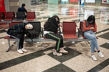Singapur  Republik Singapur  Wartende Flugreisende schlafen am Flughafen Changi auf Stuehlen