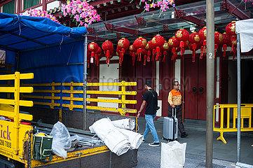 Singapur  Republik Singapur  Fussgaenger vor dem Buddha Tooth Relic Tempel in Chinatown