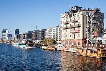 Neubauten der Mediaspree und ehemaliger Speicher am Spreeufer in der Muehlenstrasse in Berlin-Friedrichshain