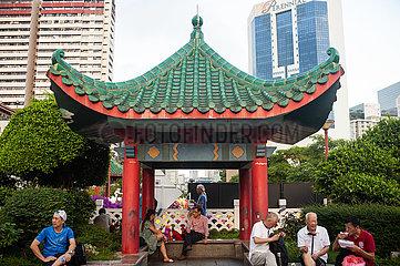 Singapur  Republik Singapur  Menschen in einem kleinen Park in Chinatown